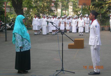 Pembina Upacara Ibu Dra.Nurhasnah,SE,M.Pd (Kepala Sekolah)
